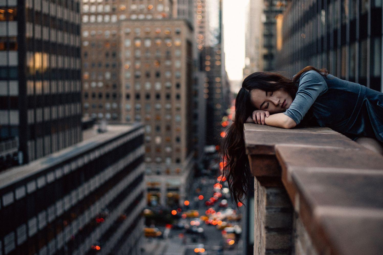 In der Öffentlichkeit schlafende Frau
