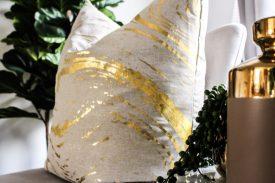 Kissen mit Gold-Elementen