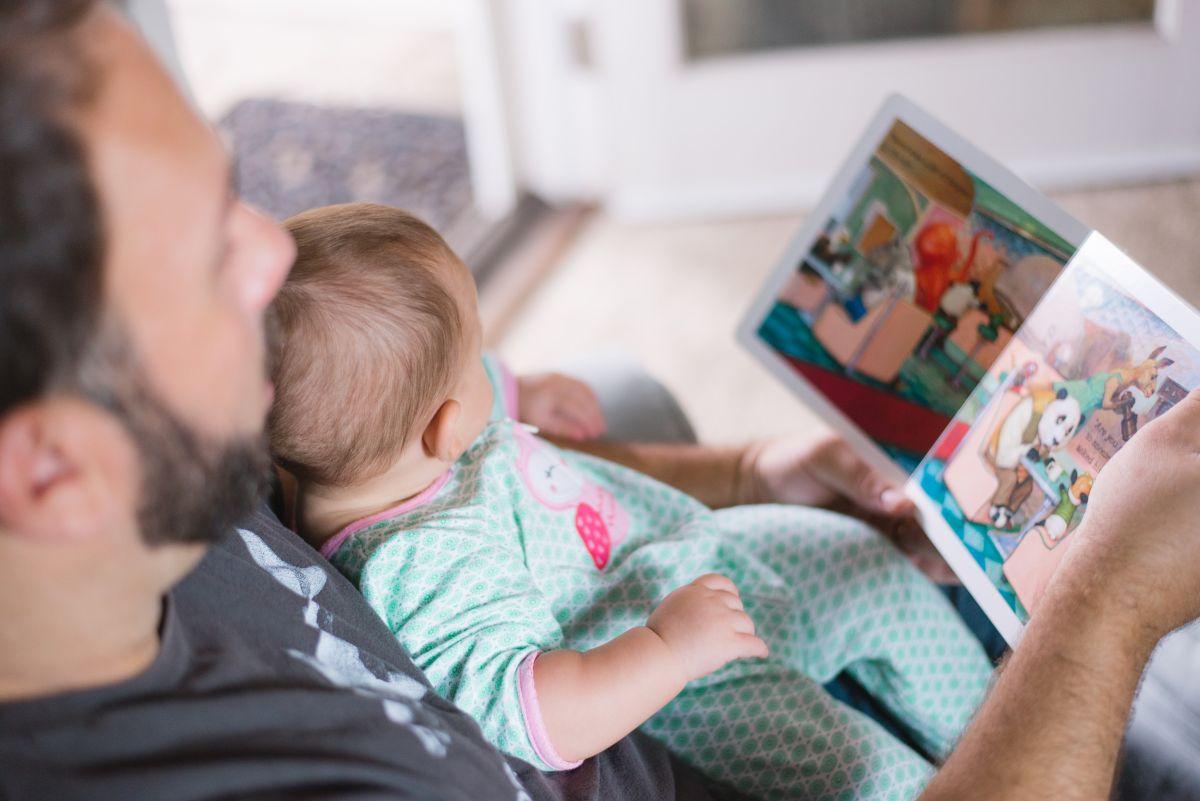 Vater liest Kind vor
