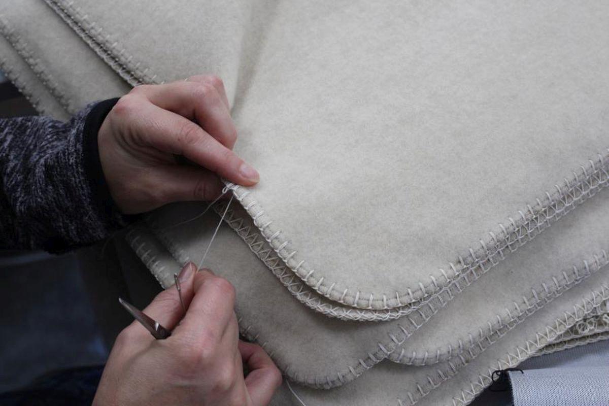 Säumen von Textilien mit Kammstich