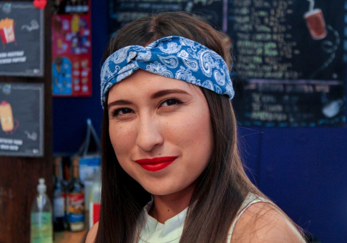 Frau mit blauem Stirnband