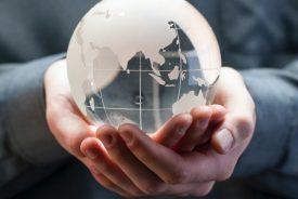 Globus in Händen